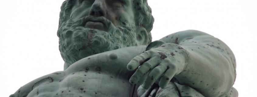 Foto: grünlich oxidierte Skulptur von unten fotografiert