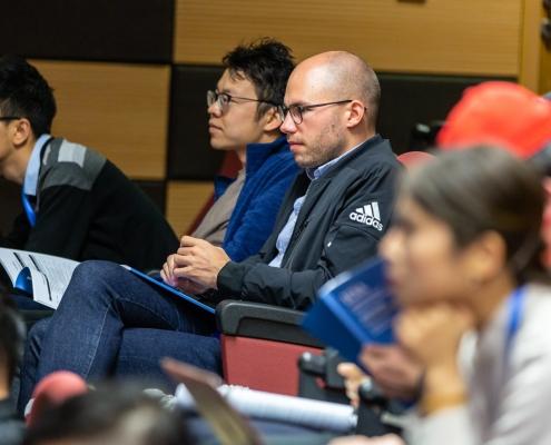 Foto: Gruppe Jugendlicher sitzend einem Vortrag folgend