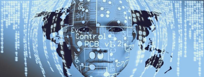 Foto-Komposition: kahler Männerkopf vor einer Weltkarte darüber eine Netz aus Zahlenkolonnen und Code