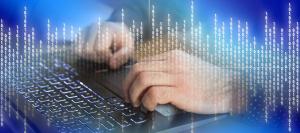 Foto: Auf Tastatur tippende Hände leicht von Binärzahlen überlagert