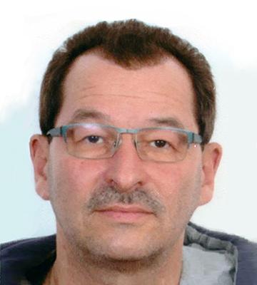 Foto, Portrait: Mann mit Brille im blauen Hoody
