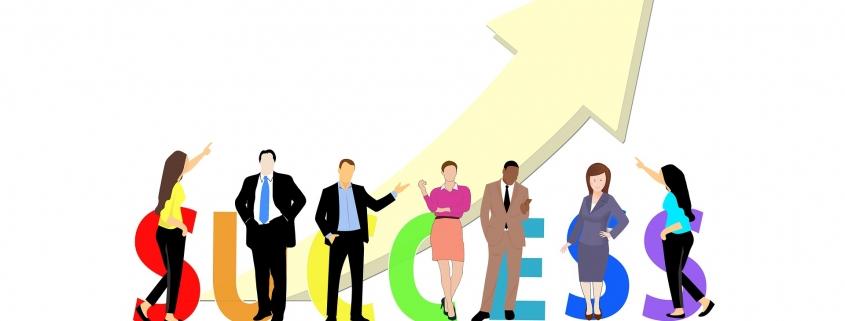 Foto: Menschengruppe vor ansteigendem Pfeil, Success in Großbuchstaben.